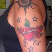 Le soleil, la lune et les étoiles le tatouage sur le bras désigné