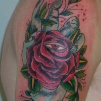Oil avec une rose le tatouage sur le bras