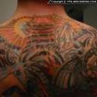 Enorme tatuaggio colorato in stile asiatico sulla schiena