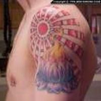 Loto e sole tatuati sul deltoide