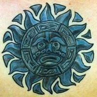 Dio Azteco azzurro in forma di sole tatuato
