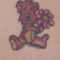 orsacchiotto con fiore tatuaggio colorato