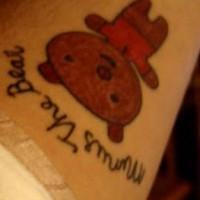 bello orsacchiotto tatuaggio con scritto