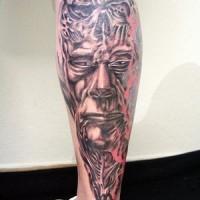 biomech vehhcio viso di uomo tatuaggio sulla gamba