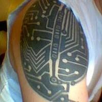 tecnologia digitale tatuaggi sulla spala incchiostro nero