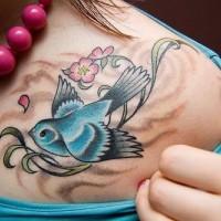 Tatuaggio bellissimo sul petto l'uccello azzurro