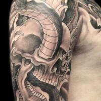 cranio con serpente tatuaggio sul braccio