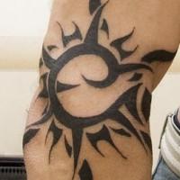 nero sole tribale trafori tatuaggio