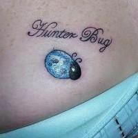 Inschrift Hunter bug und blauer Marienkäfer Tattoo