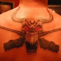 toro cranio con pistole tatuaggio sulla schiena