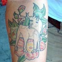 divertente toro bianco con fiore tatuaggio sul braccio