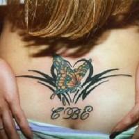 Le tatouage de papillon tribal avec des initiales