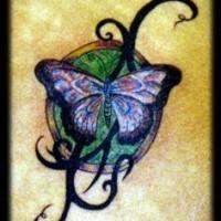Le tatouage de papillon bleu avec entrelacs tribal en couleur
