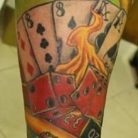 el tatuaje en el brazo de los naipes con dados rojos en el fuego