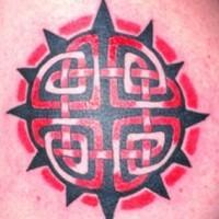 celtico sole nero e rosso tatuaggio