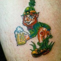 verde leprechaun con birra ofre un baccio tatuaggio
