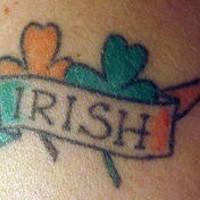 Le tatouage de trèfle avec le drapeau irlandais