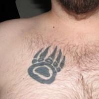 impronto di orso stampato tatuaggio sul petto