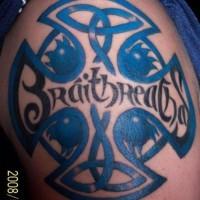 Le tatouage de croix celtique avec le mot fraternité