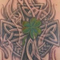 croce celtico e shamrock con foglia verde tatuaggio