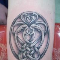Le tatouage du symbole de l'amitié sur l'avant bras