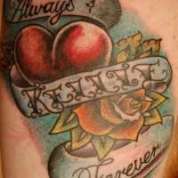 nome del bambino con cuore e fiore tatuaggio