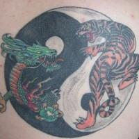 yin yang con tigre e drago tatuaggio colorato
