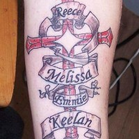 croce memoriale cristiano tatuaggio colorato