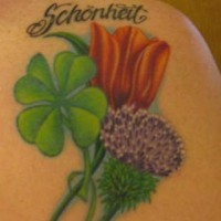 trifoglio cardi e tulipano tatuaggio colorato