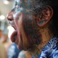 Curioso tatuaggio sulla faccia