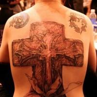 croce pietra con fiori memoriale tatuaggio largo sulla schiena