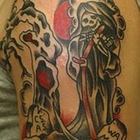 Le tatouage de la Faucheuse dans le cimetière