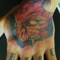 Tatuaggio sulla mano la testa del diavolo terribile