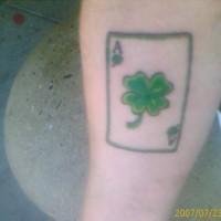 el tatuaje del trébol de cuatro hojas de la suerte