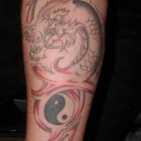 drago incomplete con yin yang tatuaggio