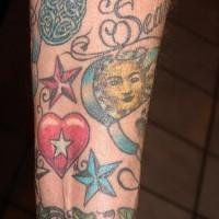 Tatuaggio colorato sul braccio: il cuore, le stelle e diversi disegni