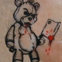 orsacchietto male con un ascia tatuaggio