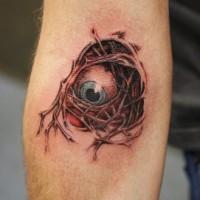 Tatuaje globo ocular debajo de arterias