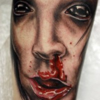 Tatuaje de cara de muher con nariz sangrando