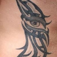 Tatuaje de ojos con tracería abstracta