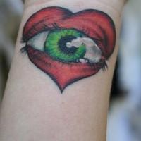Tatuaje de ojo verde en un corazón