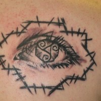 Le tatouage d'œil façonné avec des symboles de trinité