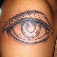 Le tatouage réaliste d'œil de femme