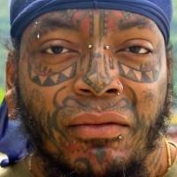 Tatuaggio aggressivo sulla faccia