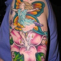 Lächelnde Fee mit Blumen und Schmetterlinge in Farbe