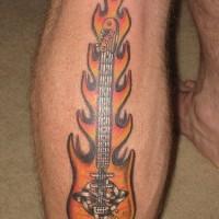 chitarra in fiamme tatuaggio colorato