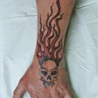 cranio demonio in fiamme tatuaggio sul braccio