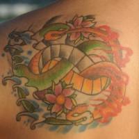 Tatuaggio bello sulla spalla il serpente verde giallo & i fiori