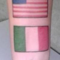 USA e italia bandiere su polso tatuaggio
