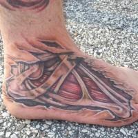 Carne con huesos bajo la piel cortada tatauje en el pie